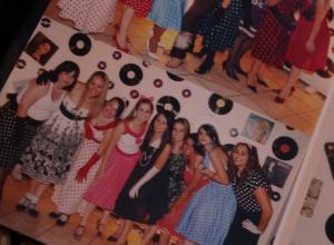 """Meninas vestidas de """"Melindrosas"""" na festa à Fantasia."""